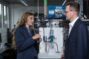 A photograph of Emiliana Fabbri and Thomas Schmidt in a lab at PSI where they conducted experiments to study the performance of the newly developed catalyst for electrolysers. (Photo: Paul Scherrer Institute/Mahir Dzambegovic.)