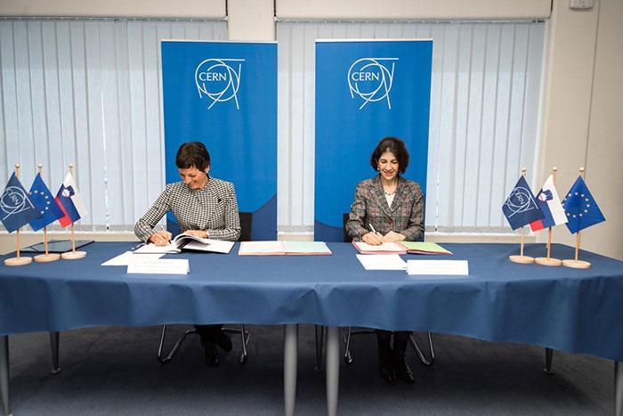 Flash Physics: Diamond-defect FM-radio tunes in, Slovenia joins ...