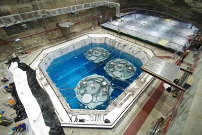 Fotografia de três detectores antineutrino no Pavilhão III da Baía de Daya Reactor Neutrino Experiment